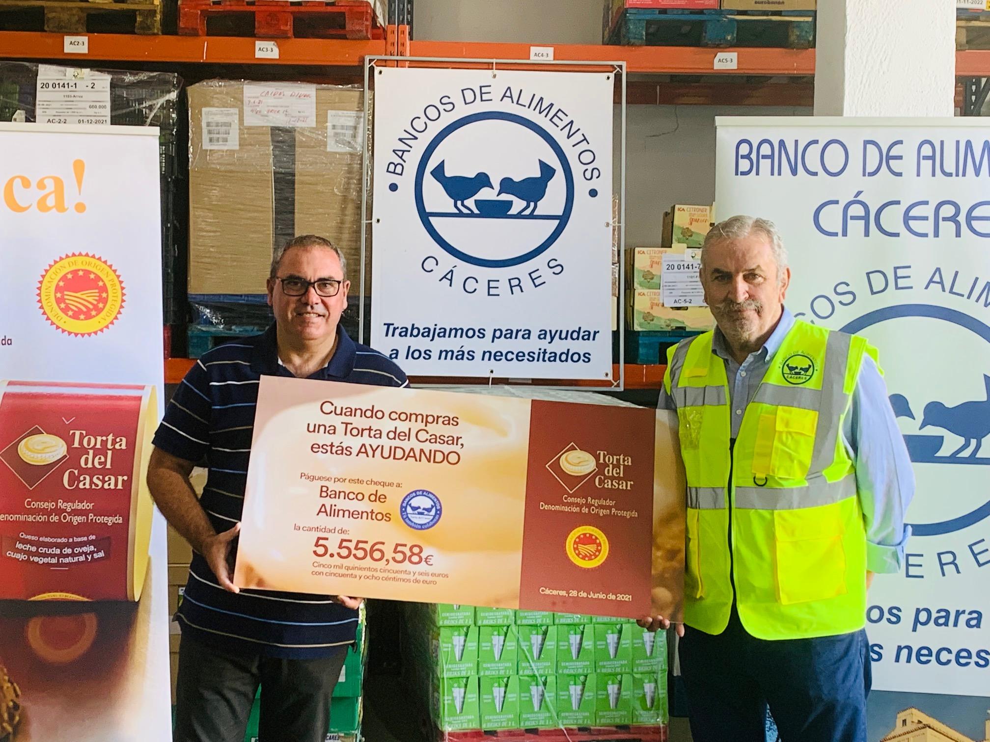La Torta del Casar entrega un primer cheque de 5.556€ a Banco de Alimentos